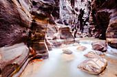 Arnon fließt durch Schlucht, Wadi Mujib, Jordanien, Naher Osten