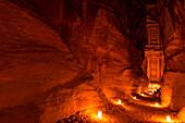 Blick durch den Siq auf Khazne al-Firaun bei Nacht, Petra, Jordanien, Naher Osten