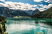 Blick über den Achensee auf Pertisau und Karwendelbahn, Achenkirch, Tirol, Österreich