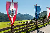 Fahnen an einem Zaun, Achensee und Achenkirch im Hintergrund, Tirol, Österreich