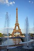 Springbrunnen am Eiffelturm, Paris, Frankreich, Europa