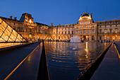 Louvre mit der Pyramide bei Nacht, Paris, Frankreich, Europa