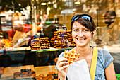 Frau isst einen Belgische Waffel, Lüttich, Wallonien, Belgien