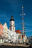 Marktplatz mit Maibaum und Kirche, Altstadt Cham, Bayerischer Wald, Bayern, Deutschland