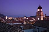 Blick von der Stadtmauer auf die Altstadt mit Kirchturm vom Franziskanerkloster in der Abenddämmerung, Dubrovnik, Dalmatien, Kroatien, Europa