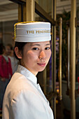 Junge Türsteherin im The Peninsula Shanghai Hotel, Shanghai, China