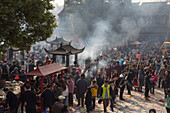 Menschen beten und entzünden Räucherstäbchen am Longhua Tempel anläßlich Chinesisches Neujahrsfest, Shanghai, China