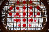 Rote Lampions am Eingang zum Jin Mao Tower Hochhaus, Pudong, Shanghai, China