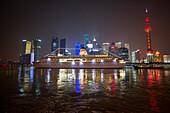 Kreuzfahrtschiff MS Deutschland, Reederei Peter Deilmann, auf dem Huangpu Fluss mit Oriental Pearl Tower und Skyline bei Nacht, Shanghai, China