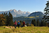 Female hikers at Winklmoosalm, Berchtesgaden Alps in background, Reit im Winkl, Chiemgau, Bavaria, Germany