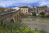 Medieval bridge over River Arga, Puente la Reina (Gares), Way of St James, Navarre, Spain, Europe.