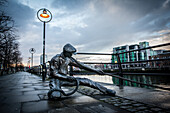 Sculpture of the linesman, 1999, dony macmanus, the new neighbourhood of the docks on the river liffey, city quay, dublin, ireland
