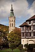 Kirchturm der Stiftskirche St Amandus und Residenzschloss in Bad Urach, Schwäbische Alb, Baden-Württemberg, Deutschland