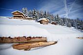 Hütten im Schnee, Helm (Monte Elmo), Sexten, Südtirol, Italien