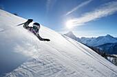 Mädchen fährt vom Helm (Monte Elmo) ab, Sexten, Südtirol, Italien