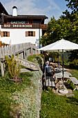 Gäste und Wanderer auf der Terrasse des Hotel Gasthof Bad Dreikirchen, Berghotel, der Familie Wodenegg, im Eisacktal, Trechiese 12, 39040 Barbiano, Suedtirol, Italien