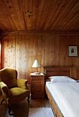 Doppelzimmer in Zirbenholz im Hotel Gasthof Bad Dreikirchen, Berghotel, der Familie Wodenegg, im Eisacktal, Trechiese 12, 39040 Barbiano, Suedtirol, Italien