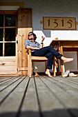Gast Andrea Freund auf der Terrasse des Hotel Gasthof Bad Dreikirchen, Berghotel, der Familie Wodenegg, im Eisacktal, Trechiese 12, 39040 Barbiano, Suedtirol, Italien
