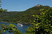 Waldeck Castle and excursion boat Stern von Waldeck on Lake Edersee in Kellerwald-Edersee National Park, Lake Edersee, Hesse, Germany, Europe