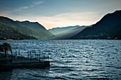 erstes Licht trifft auf Berge bei Menaggio, Comer See, Lago di Como, Lombardei, Italien, Europa