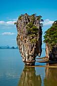 Phang Nga Bay, Ao Phang Nga National Park, Ko Khao Phing Kan Island, Ko Tapu Rock (James Bond Rock), Krabi Province, Thailand, Southeast Asia, Asia