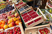 Fruit and vegetable stall on the market, Viktualienmarkt, Munich, Upper Bavaria, Bavaria, Germany