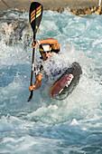Slalompaddler sticht durch Welle, Al-Ain, Dubai, VAE