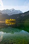 Kajakfahrer unterwegs auf dem Eibsee im Schatten der Zugspitze, Grainau, Bayern, Deutschland