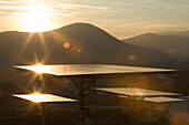 Solarpark bei Lieschensruh im Licht des Sonnenuntergangs, Edertal, Hessen, Deutschland, Europa