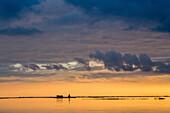 Abendhimmel und dramatische Wolken über der Ruine des Casone Barenon, Venedig, Venetien, Italien