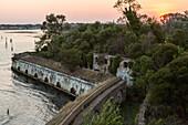 Sonnenuntergang, Festung Sant Andrea, überwuchert von Pflanzen und Bäumen, historische Verteidigungsanlage, Lagune von Venedig, Italien