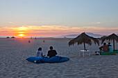 Sonnenuntergang am Strand von Tarifa, Provinz Cádiz, Costa de la Luz, Andalusien, Spanien, Europa