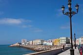 Schutzwall und Promenade vor der Altstadt von Cádiz, Costa de la Luz, Provinz Cádiz, Andalusien, Spanien, Europa