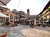 Piazza delle Erbe mit Torre del Gardello im Hintergrund, Verona, Venetien, Italien