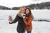 Zwei junge Frauen machen ein Selfie, Spitzingsee, Oberbayern, Bayern, Deutschland