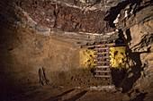 Stahlgerüst stützt Stollen vor Einbruch, Besucher Bergwerk Tiefer Stollen, Aalen, Ostalbkreis, Schwäbische Alb, Baden-Württemberg, Deutschland