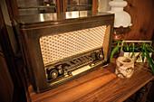 historisches Radio Gerät im Gasthof in Vellberg, Landkreis Schwäbisch Hall, Baden-Württemberg, Deutschland
