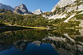 Seebensee mit vorderem Drachenkopf (l.), Spiegelung, bei Ehrwald, Bezirk Reutte, Tirol, Österreich, Europa