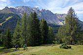 zwei Mountainbikerinnen auf einem Singletrail, Trentino, Italien