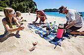 Picknick am Strand, Abel Tasman Nationalpark, Südinsel, Neuseeland