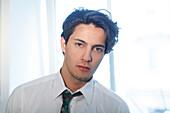 Junger Mann zieht sich an, Hemd und Krawatte