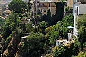 Häuser, Terrassen und Gärten an der Schlucht in der Altstadt von Ronda, Provinz Malaga, Andalusien, Spanien