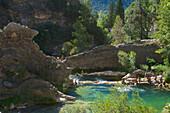 Badende im Oberlauf in Felspools im Rio Borosa, wilde Natur in den Sierras de Cazorla, Segura y las Villas, Provinz Jaen, Andalusien, Spanien