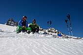 Zwei Skitourengeher machen Pause auf dem Grialetsch-Gletscher (Vadret da Grialetsch), Graubünden, Schweiz, Europa