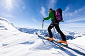 Skibergsteiger beim Schneefernerkopf/Zugspitze, Neue-Welt-Abfahrt, Ehrwald, Tirol, Österreich