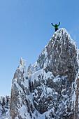 junges Paar beim Klettern im Winter am Hochwannig, Berggipfel, Ehrwald, Mieminger Berge, Tirol, Österreich
