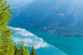 Gleitschirmflieger über dem Achensee, Pertisau, Tirol, Österreich