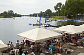Gartenrestaurant und Boote auf dem Aasee in Münster , Münsterland , Nordrhein-Westfalen , Deutschland , Europa
