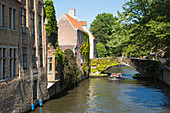 Sightseeing boat on the canal in the Old Town, Bruges (Brugge), Flemish Region, Belgium