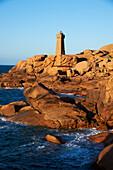 Pointe de Squewel and Mean Ruz Lighthouse, Men Ruz, Ploumanach, Cote de Granit Rose, Cotes d'Armor, Brittany, France, Europe